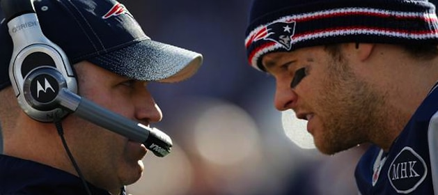 bill-obrien-talks-with-tom-brady-while-coaching-patriots